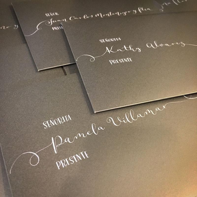sobres con caligrafia moderna