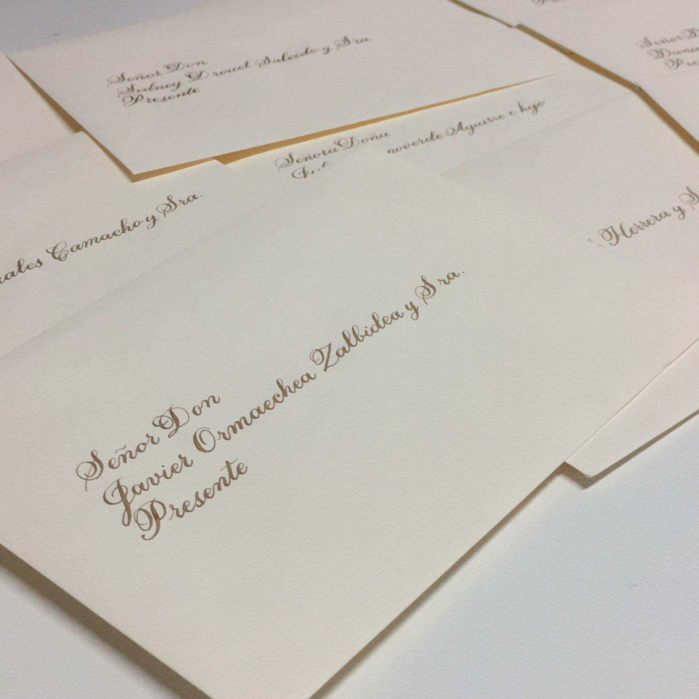 Caligrafia en sobres de bodas dorado